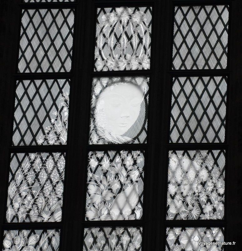 """Vitraux """"Fenêtre de la Vierge"""" de 1994 (verre gravé)"""