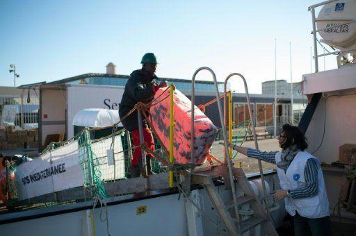 A la rescousse des migrants naufragés en pleine Méditerranée, l'Aquarius lève l'ancre.