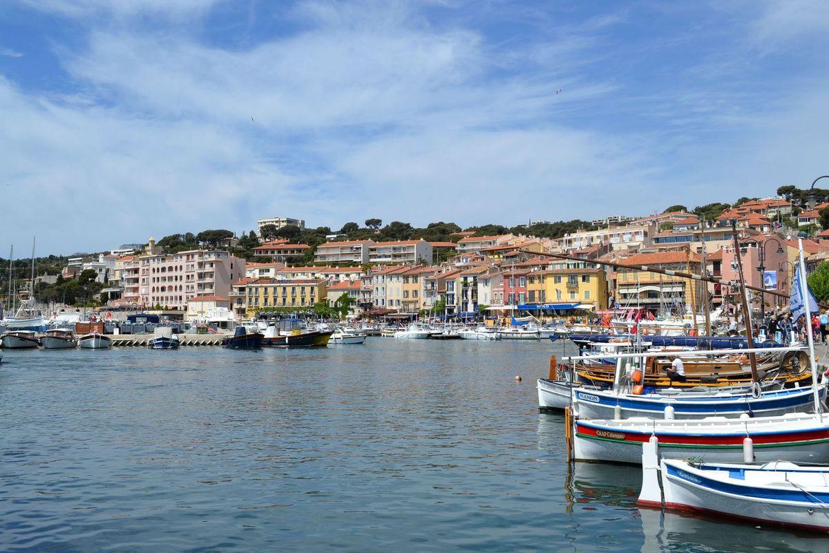 La ville de Cassis, dans les Bouches-du-Rhône...
