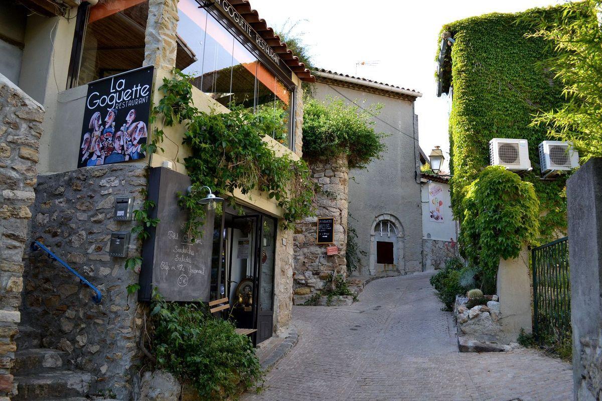 Balade à l'intérieur du village du Castellet...