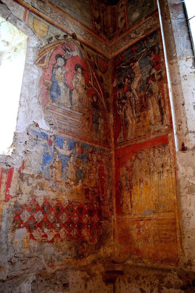 Ahhh, les fameuses fresques de Sainte-Croix-en-Jarez! Ces peintures murales ont été exécutées vers 1327 et sont aujourd'hui classées aux monuments historiques. Ce sont des peintures funéraires en l'honneur de Thibaud de Vassalieu. Ce dernier était archidiacre de Lyon et avait demandé par testament à être inhumé dans la chapelle de Sainte-Croix. Les quatre tableaux placés au-dessus de sa sépulture représentent la mort de Thibaud de Vassalieu, la procession des Pères, le couronnement de la Vierge et la Crucifixion.