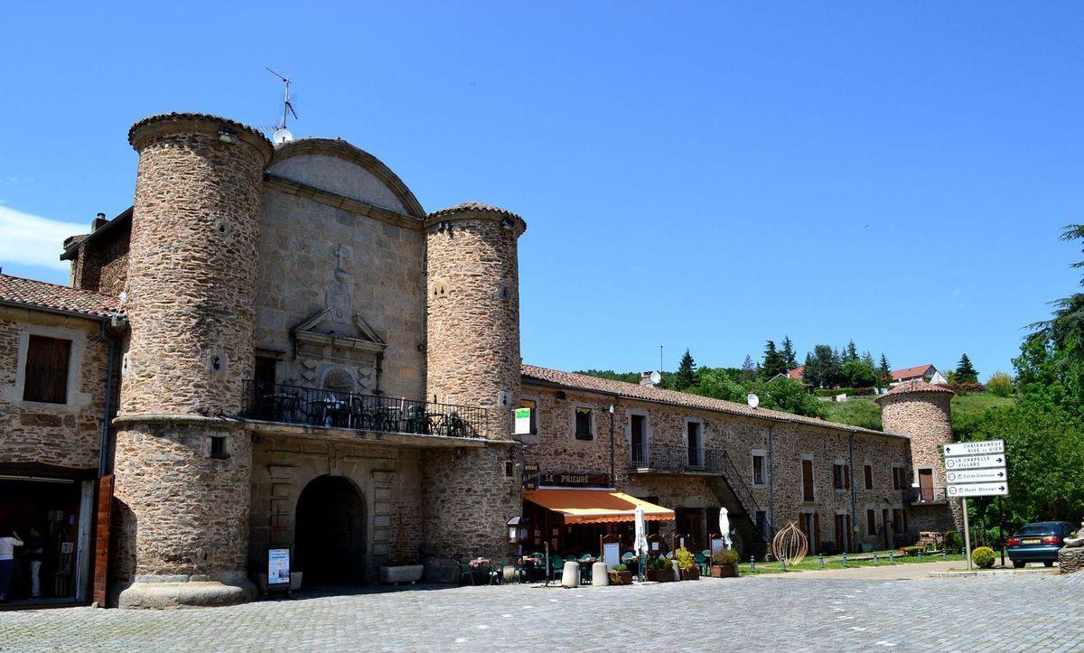L'entrée du village de Sainte-Croix-en-Jarez. A la base, la façade n'avait pas de fenêtres ni de portes. Seules les meurtrières donnaient sur l'extérieur, dans un souci d'isolement, plus propice à la méditation spirituelle.