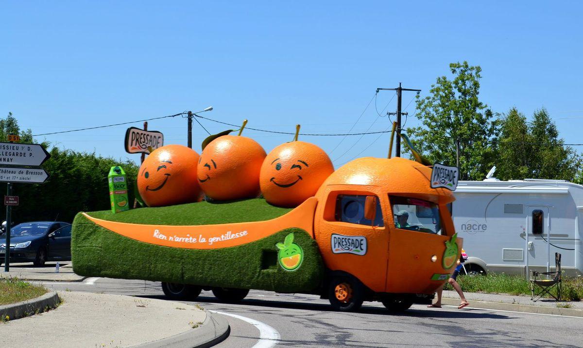 J'aime bien regarder les véhicules de la Caravane du Tour, qui sont souvent très originaux!!!