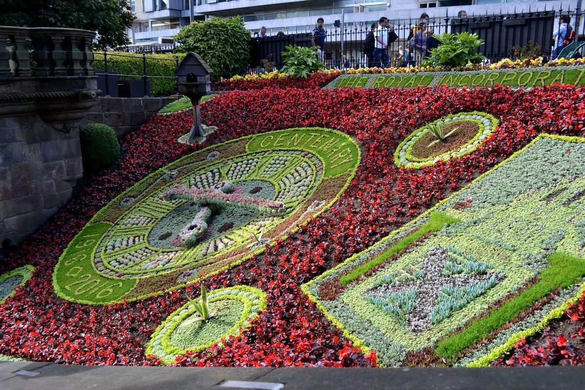 Princes Street (grande avenue commerçante d'Edimbourg) et ses jardins...