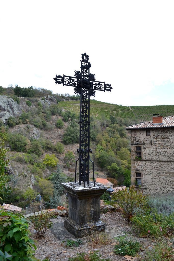 Les croix, et donc la religion chrétienne catholique, sont omniprésentes à Malleval. Il y en a même une grande sur une colline alentour, visible depuis le village... Vous pouvez d'ailleurs la voir sur quelques-unes des photos ci-dessus, regardez bien!