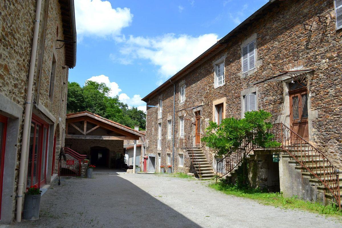 En arrivant au musée des Tresses et des Lacets à La Terrasse-sur-Dorlay...