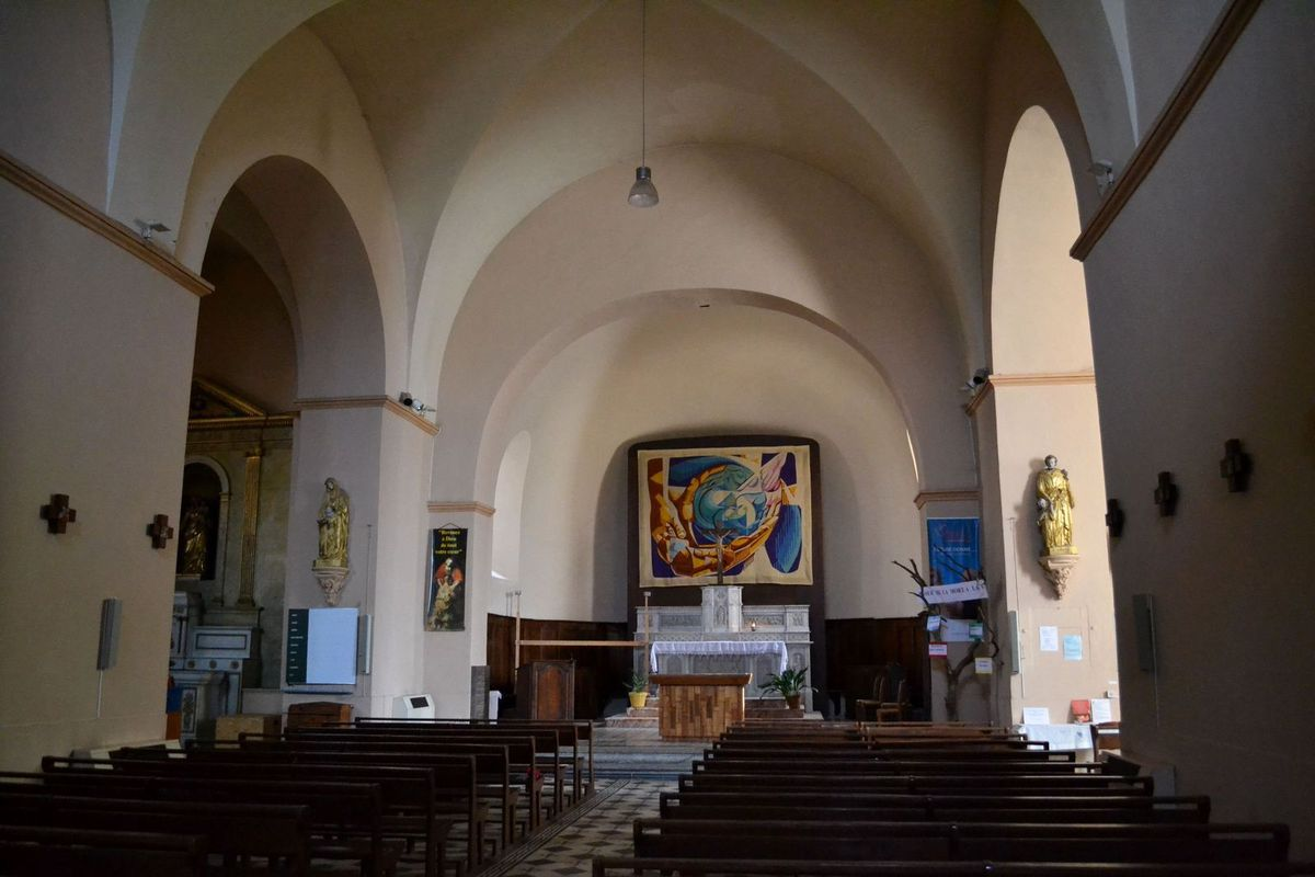 Arrivée à Vogüé et visite de son église, l'église Sainte-Marie...