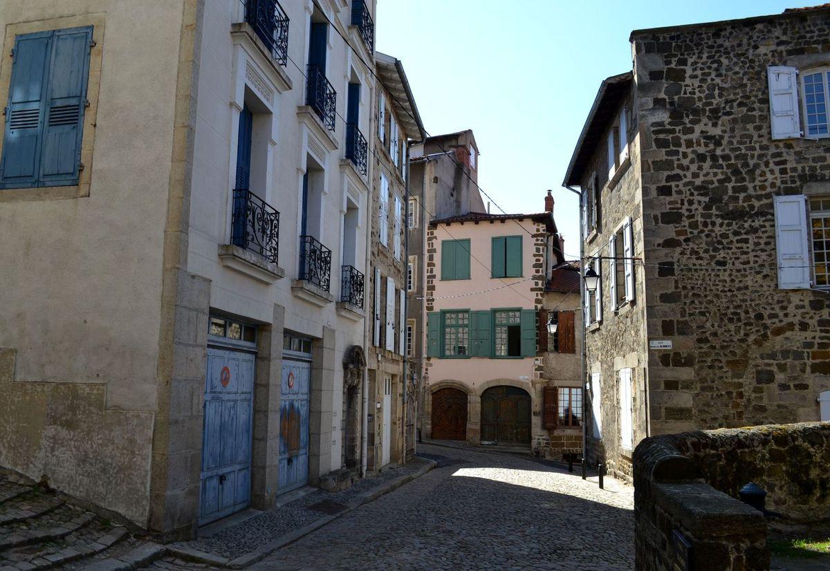 Ascension jusqu'à la statue Notre-Dame de France et vue sur la ville du Puy et sa magnifique cathédrale...