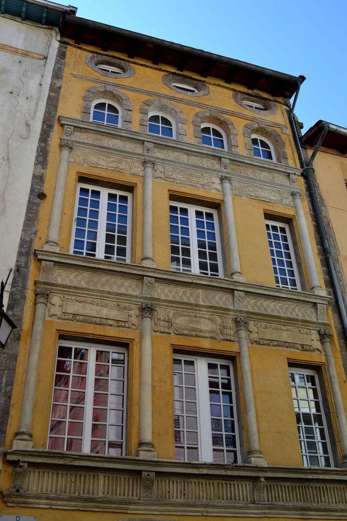 """La rue Panessac et son fameux """"pavé"""" à la verveine (inspiré des pavés de la rue), gourmandise vendue dans la Chocolaterie du Velay..."""