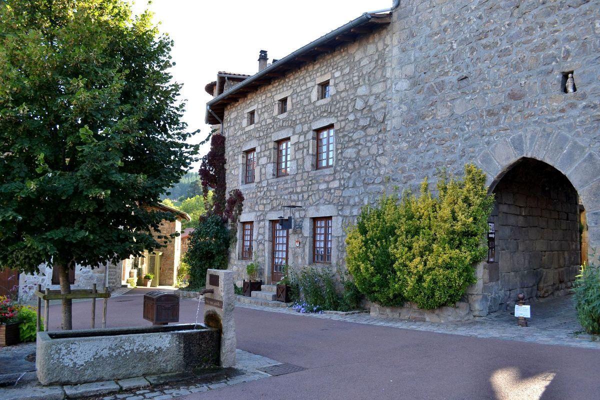 Promenade dans le village médiéval de Marols...