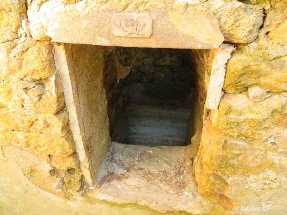 Balade en Provence: borie, mas traditionnel en ruines, colline de Jouques