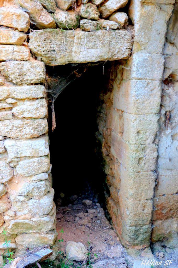Photos d'une bastide provençale en ruines dans la colline de Jouques
