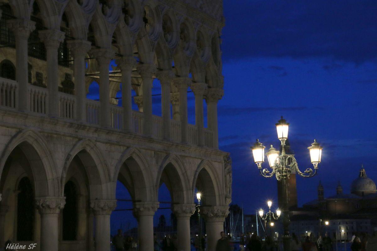 Arrivée de nuit à Venise par bateau