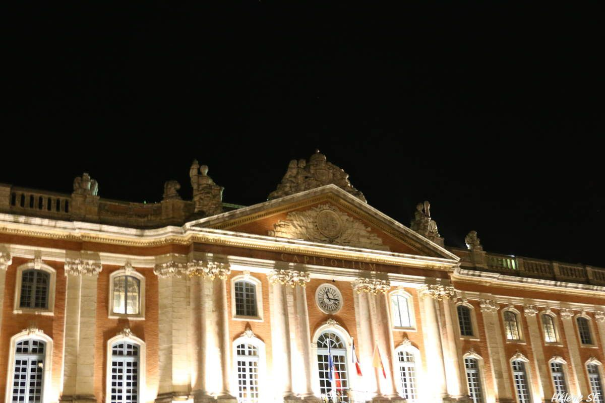 toulouse la place du capitole illumin e h l ne sf. Black Bedroom Furniture Sets. Home Design Ideas