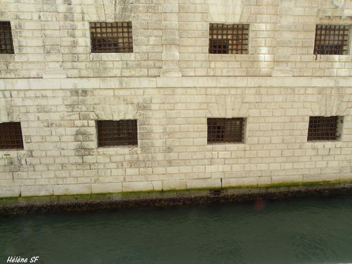 La prison sur plusieurs niveaux. Les cellules du bas étaient particulièrement dures.