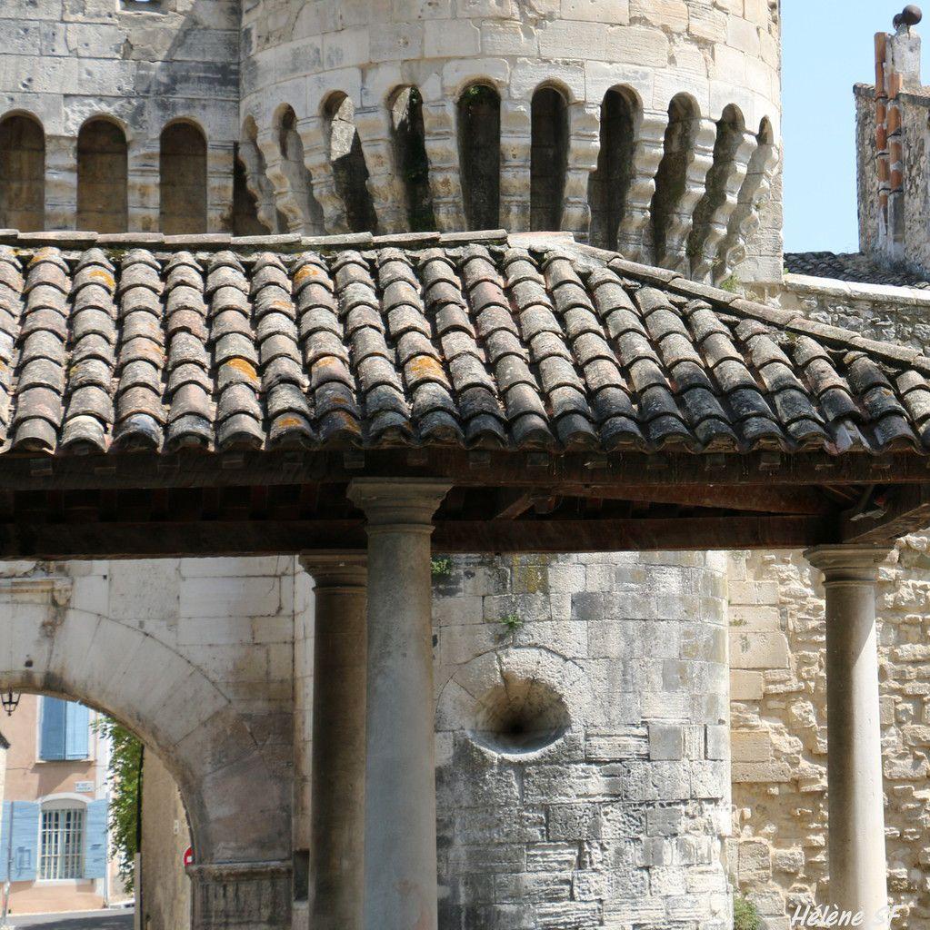 Balade à Pernes les Fontaines la fortifiée