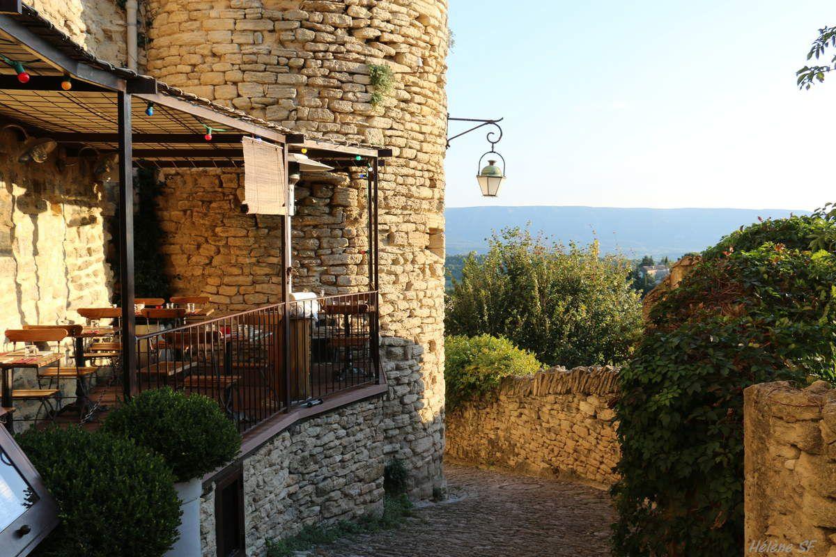 Balade dans le village de Gordes, un des plus beaux villages de France