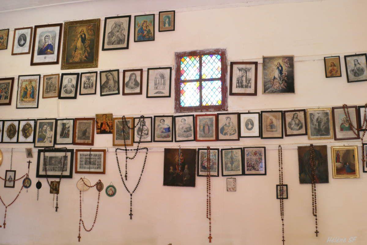 Ce qui attire le premier regard dans cette chapelle est la magnifique collection d'ex-voto accrochée sur le mur de droite