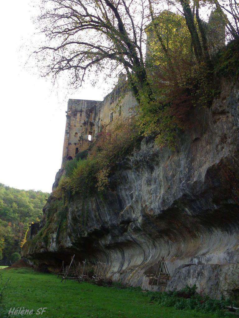 Le château en arrivant par la forêt