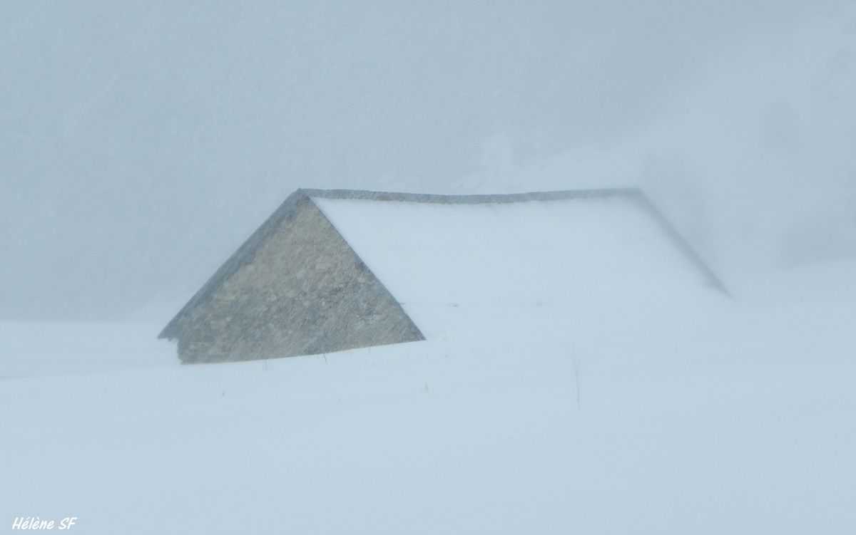 Photos d'une tempête de neige en montagne