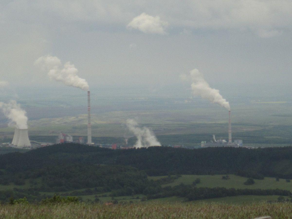 En contre-bas de nos cimes, la région est très industrielle,