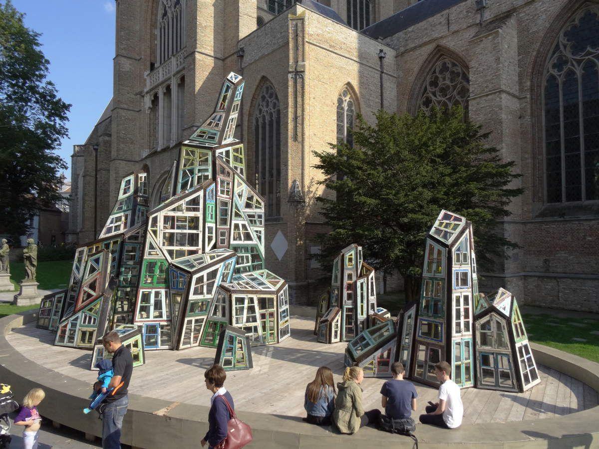 Devant la Cathédrale du Saint-Sauveur,