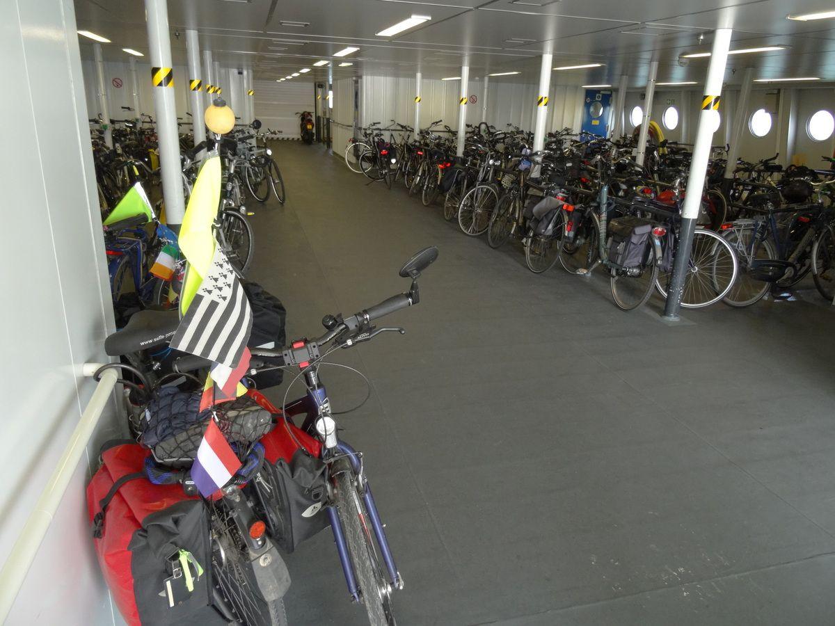 Le 'parking à vélos' du ferry. Au premier plan, les nôtres...