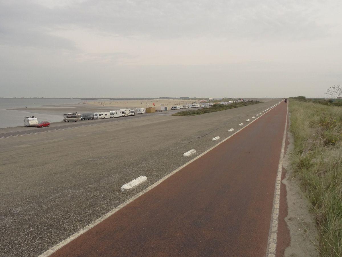 Heureusement que l'on n'avait pas le vent de face.... La plage à gauche est un champ de courses pour chars à voile !