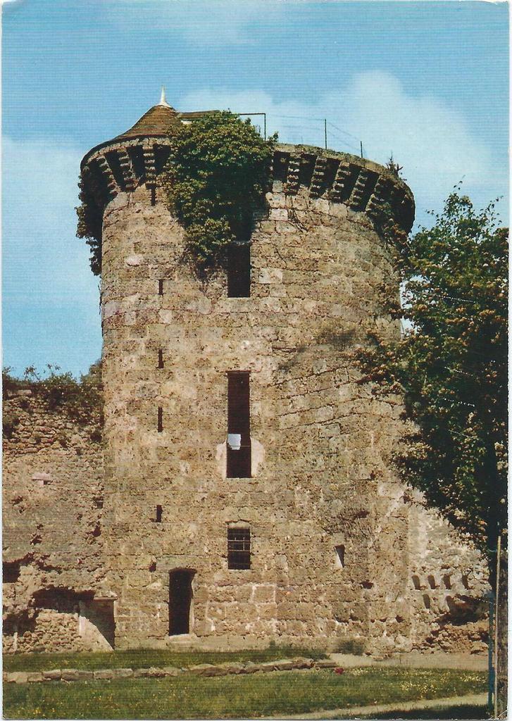 Tour Nord-Ouest du Château de la Madeleine à Chevreuse. Fin du XIVè siècle.