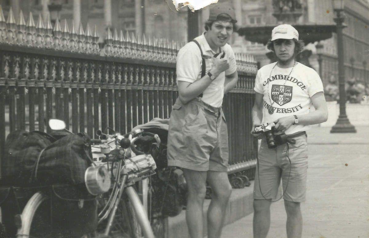 John et Marc, Place de la Concorde..  Mon vélo au 1er plan...Le cul de la casserole avait déjà chaud