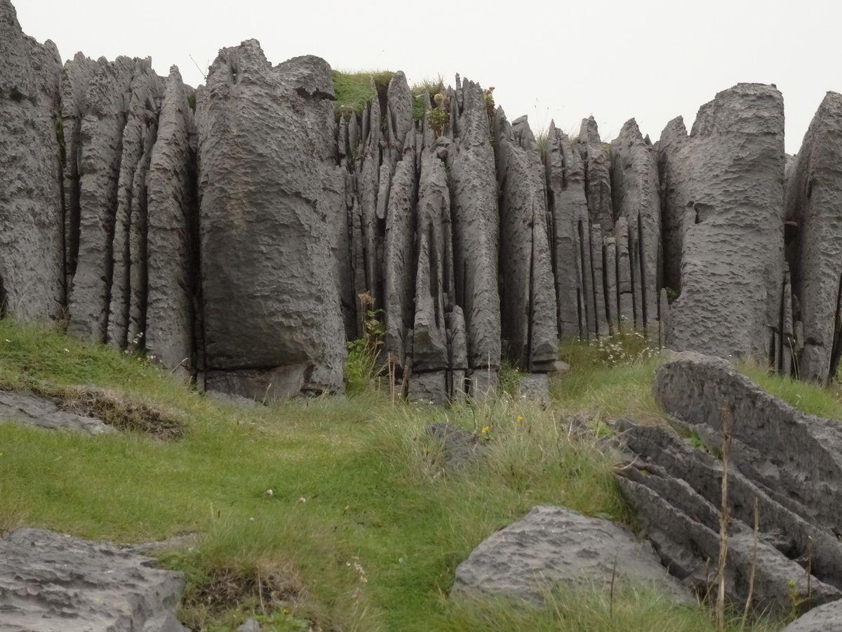 A d'autres endroits, la pierre est découpée en plaques verticales !