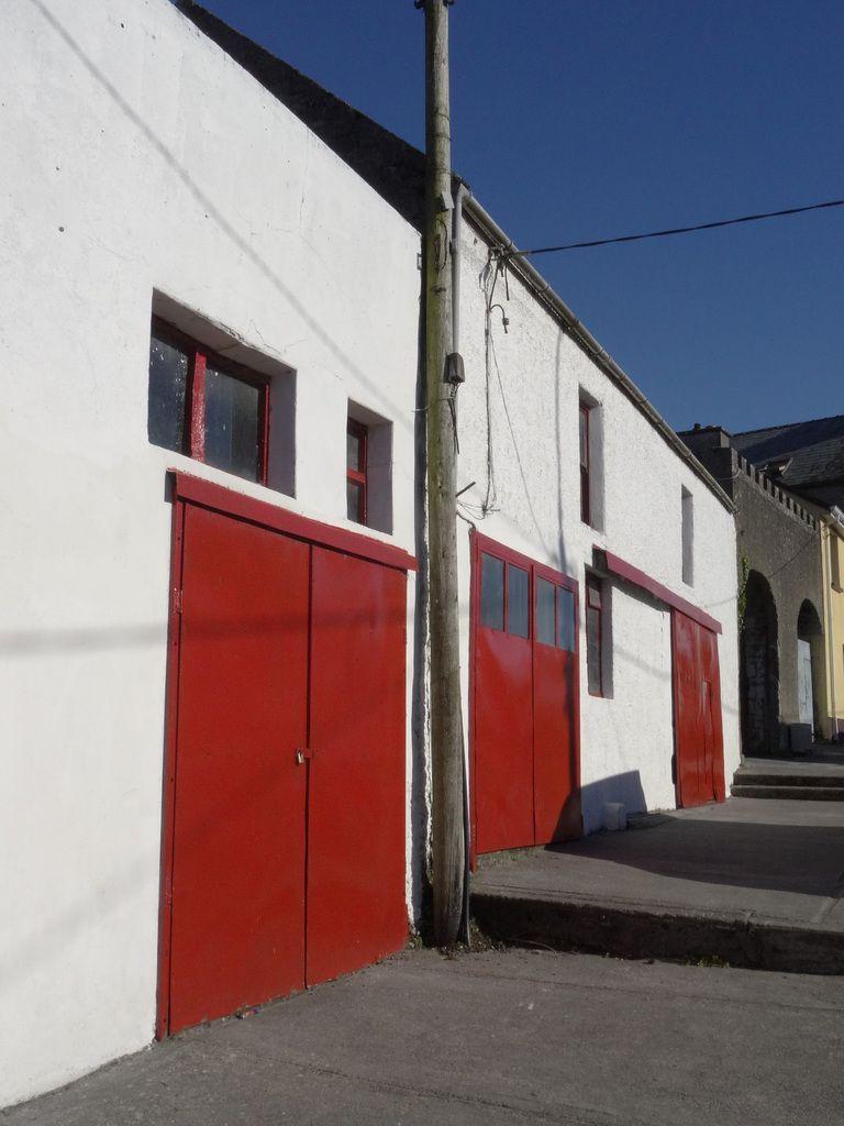 Trois portes rouges.