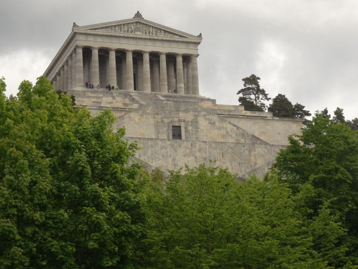 Odin/Wotan y accueillait les Héros tombés au champ.. Aujourd'hui, le bâtiment est peuplé de statues d'Allemands illustres