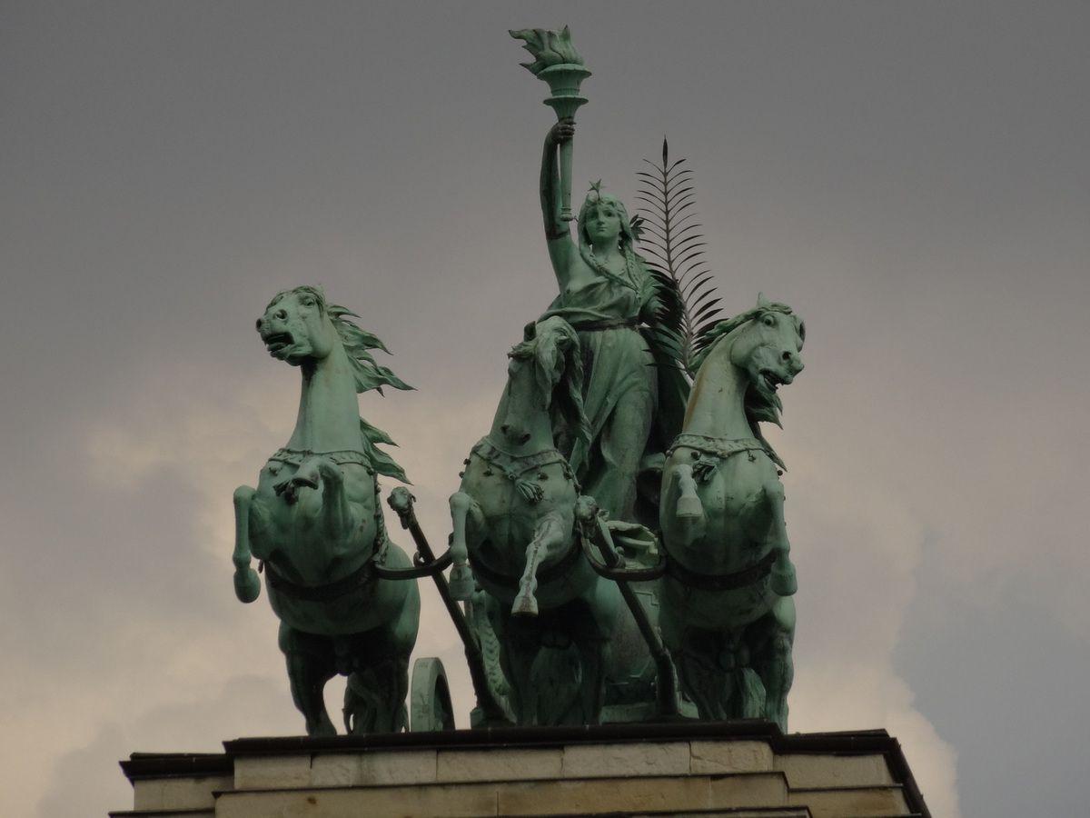 Statue sur le toit du Musée d'ethnographie, côté 'est' de la place.