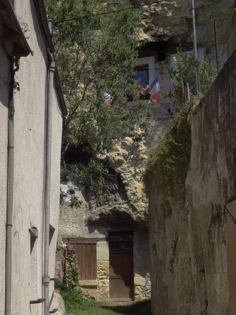 Des mètres de roche surplombent l'entrée.