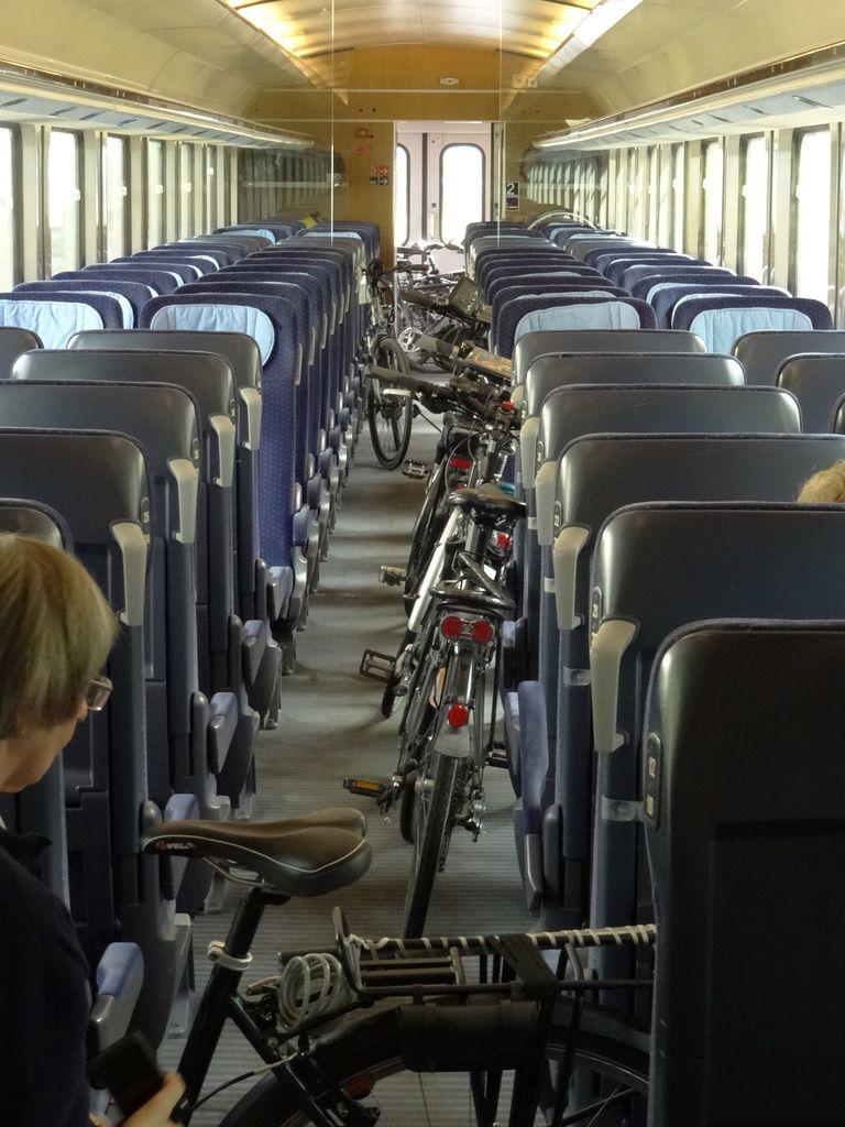 Gare après gare on faisait avancer les vélos dans l'allée centrale. Les nôtres seront les derniers à descendre, à Hambourg Hbf.