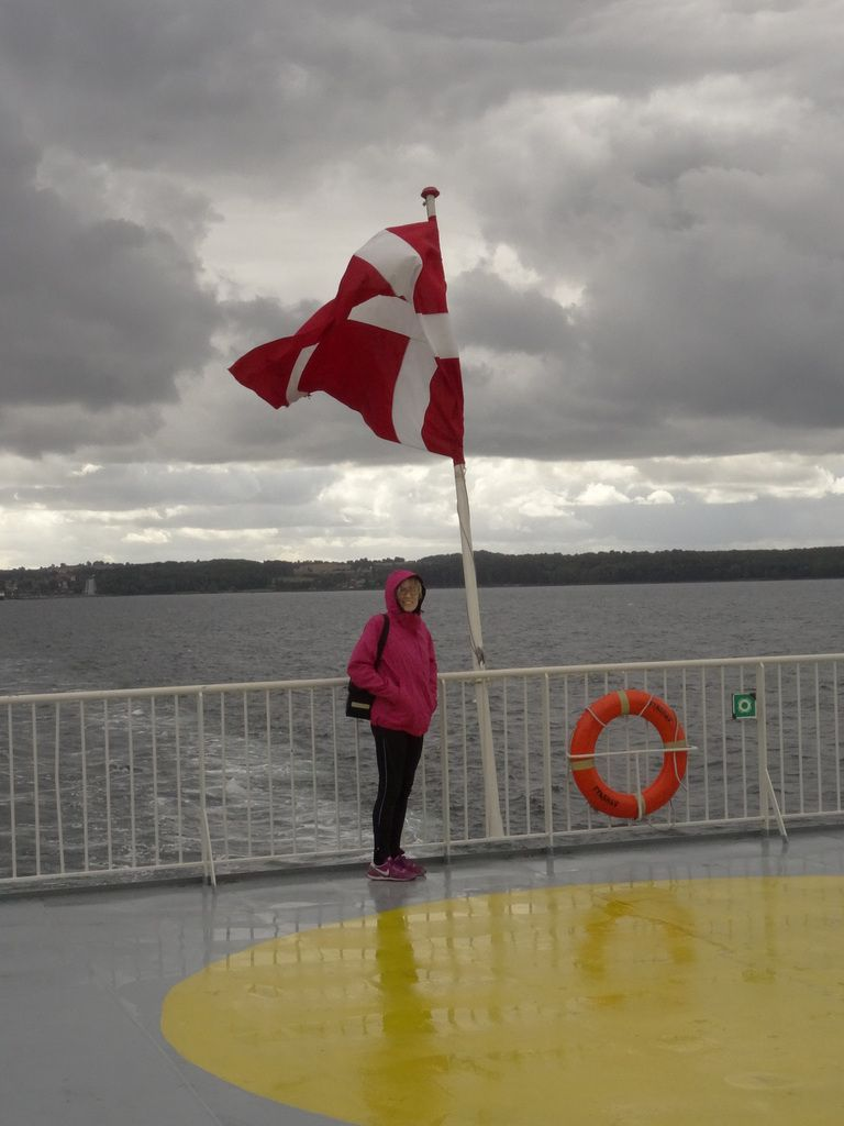 Le premier ferry. Difficile de saisir le drapeau déployé...