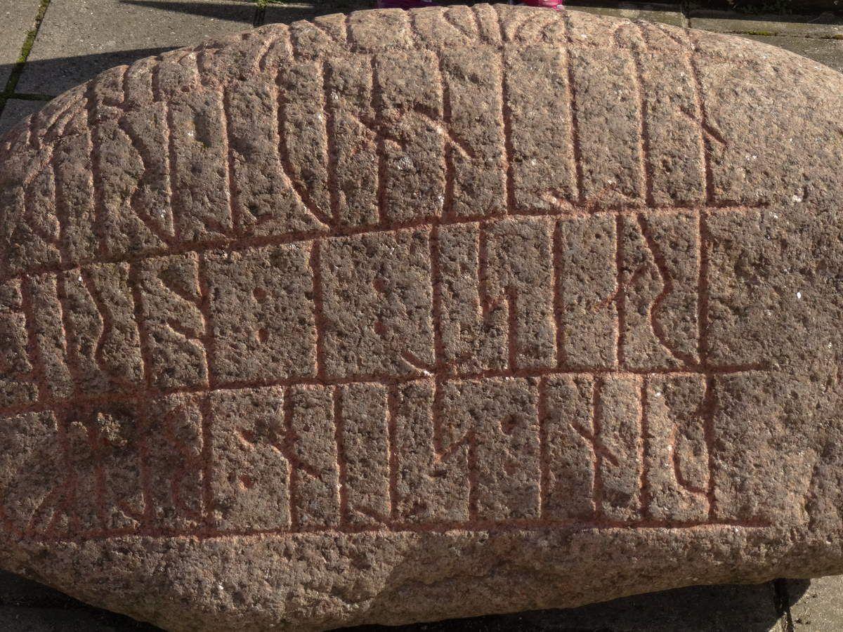 Pierre avec inscriptions runiques.