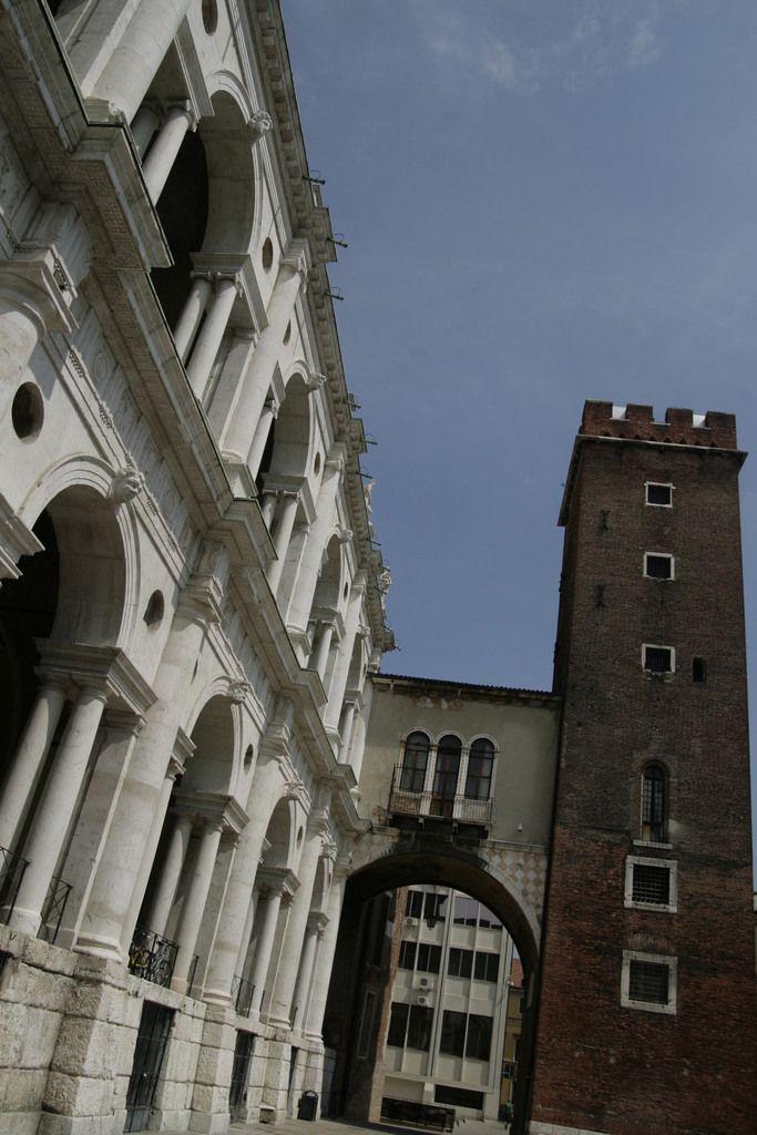 à gauche la basilique qui servait de tribunal, et à droite la prison : pratique !