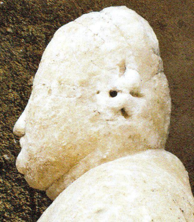 Profilo di un Buddha e della statuetta appena ritrovata