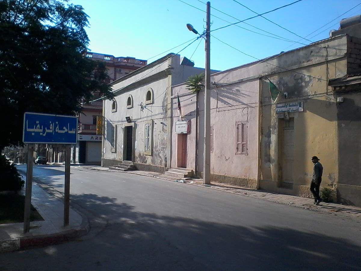 la vielle ville maghnia change comme toures les villes d'algerie les  vieilles   maisons charmantes et poétiques tombent ,s'erigeront alors à leur place de grandes habitations et des surfaces commerciales non laides mais  inélégantes et froides