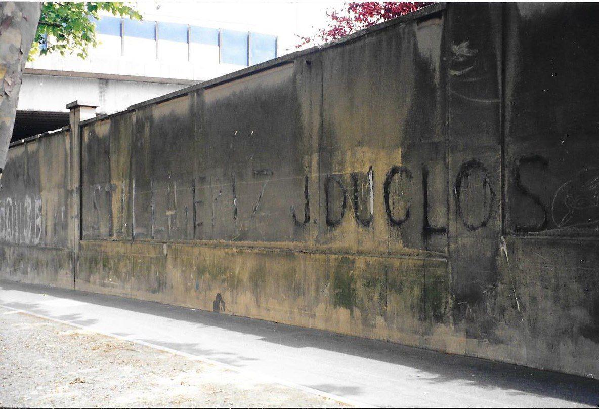 """Libérez Jacques Duclos, avenue de la Porte des Poissonniers, Paris 18ème. Le texte complet de l'inscription, longue de plusieurs dizaines de mètres était :"""" Libérez J. Duclos et A. Still, libérez J. Duclos et tous les patriotes emprisonnés"""". Le 28 mai 1952, Jacques Duclos, André Still et plusieurs centaines de militants communistes sont arrêtés suite à une manifestation violente organisée par le PCF contre la venue en France du général américain Ridgway, accusé d'avoir utilisé des armes bactériologiques en Corée.  Photo prise en juin 1998."""