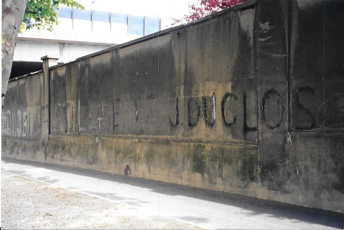 """Libérez J. Duclos  Inscription à la peinture  dont le texte complet est  : """"Libérez Jacques Duclos et A. Still, libérez J. Duclos et tous les patriotes emprisonnés.""""  Le 28 mai 1952, Jacques Duclos, André Still et plusieurs centaines de militants du Parti Communiste Français sont arrêtés suite à une manifestation violente organisée par le Parti Communiste contre la venue en France du Général américain Ridgway, accusé d'avoir utilisé des armes bactériologiques en Corée (Paris 18°, 1998)."""