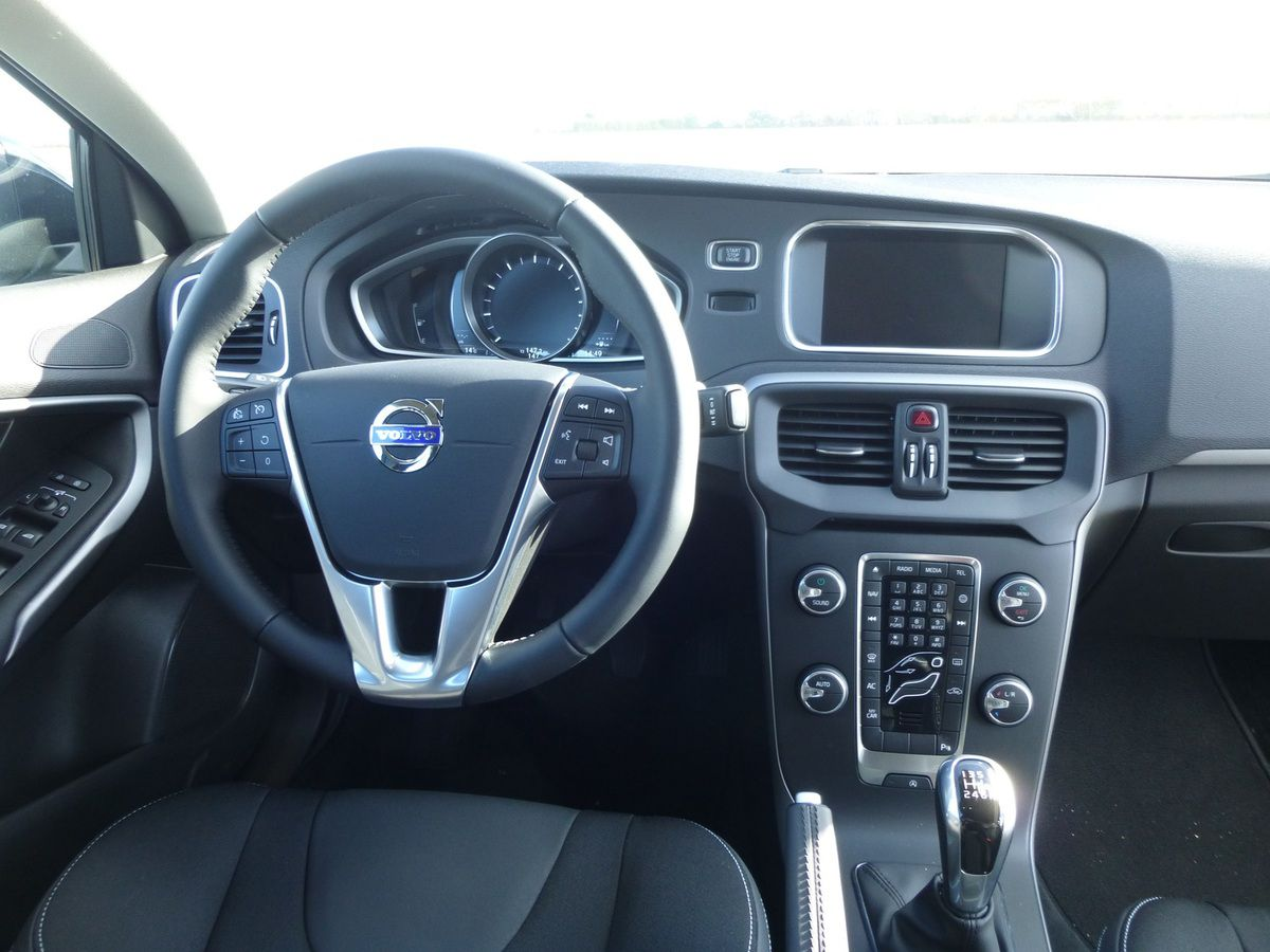 essai volvo v40 t2 120 ch momentum essais autos. Black Bedroom Furniture Sets. Home Design Ideas