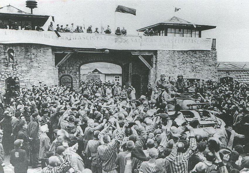 """La libération du Camp de Mauthausen en 1945... sur la banderole, on peut lire : """"Les Espagnols antifascistes saluent les forces libératrices""""."""