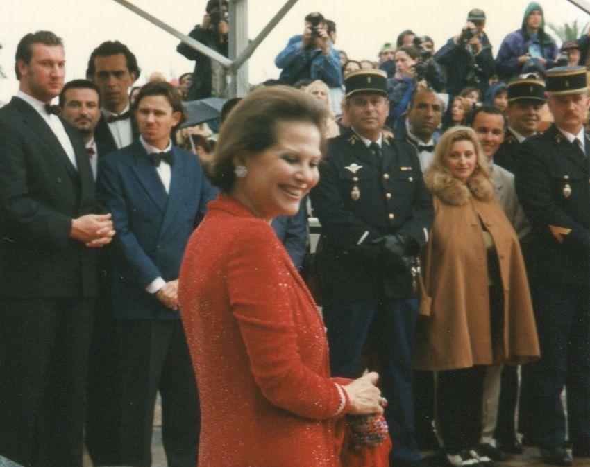 Il y a 20 ans en Mai 1997 et sous la pluie : l'arrivée de Claudia Cardinale - et son éternel sourire - pour la Montée des Marches.
