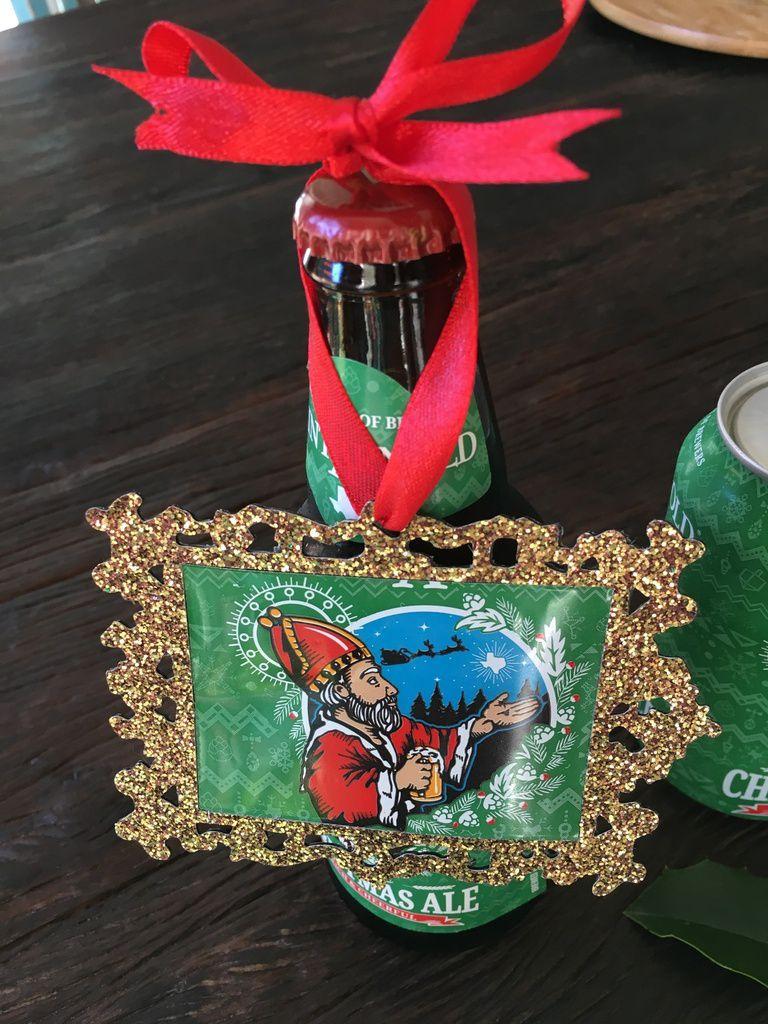 Décorations de Noël avec des canettes de bières ou sur des bouteilles de bières...