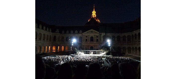 La grande cour des Invalides de nuit et le carré VIP devant la tribune