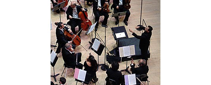 Le chef Robert Trevino fait saluer l'orchestre