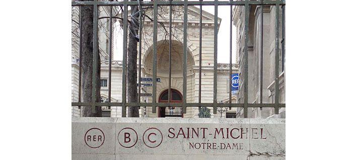L'entrée de la station de RER sur le parvis de la cathédrale